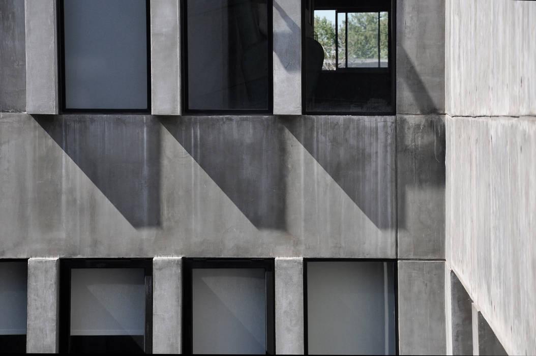 Modern windows & doors by Ramiro Zubeldia Arquitecto Modern Concrete