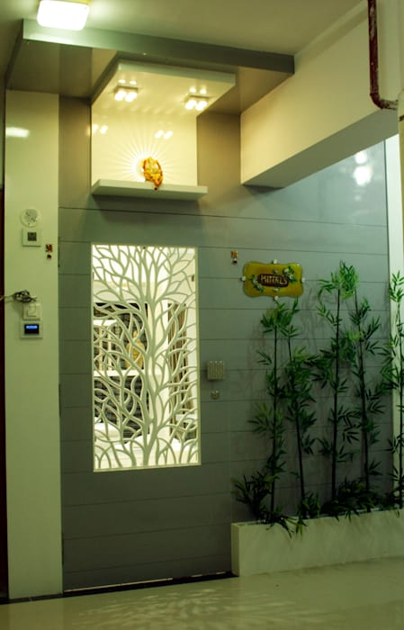 The entrance door with wooden jali work Modern Houses by homify Modern Plywood