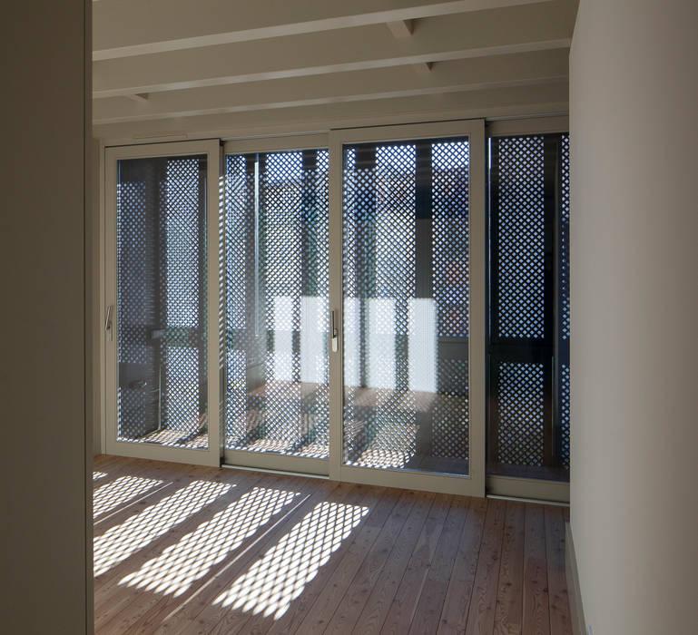Casa das Gelosias: Quartos  por Marta Campos - Arquitectura, Reabilitação e Eficiência Energética,