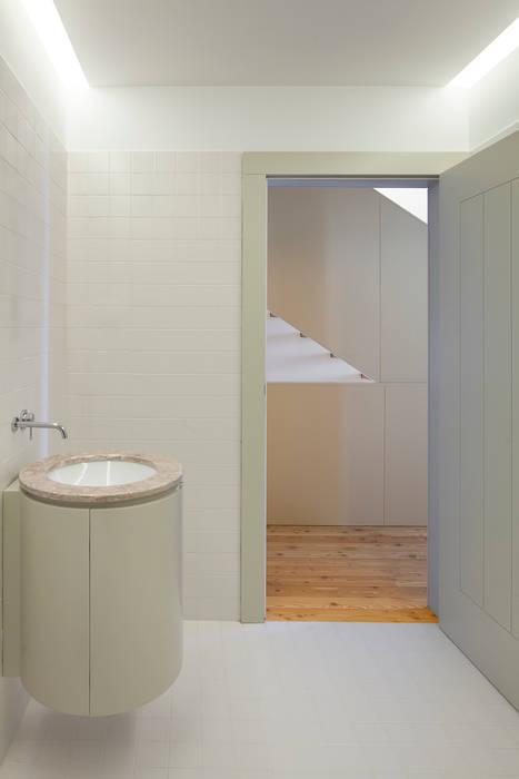 Casa das Gelosias: Casas de banho  por Marta Campos - Arquitectura, Reabilitação e Eficiência Energética
