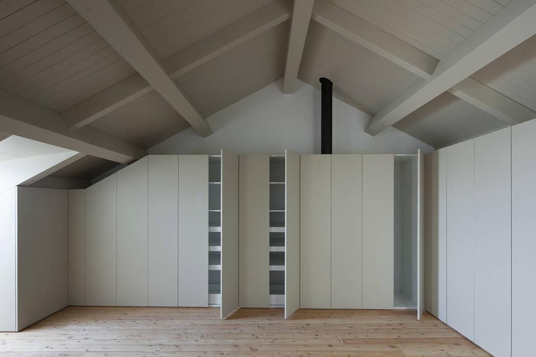 Casa das Gelosias: Closets  por Marta Campos - Arquitectura, Reabilitação e Eficiência Energética