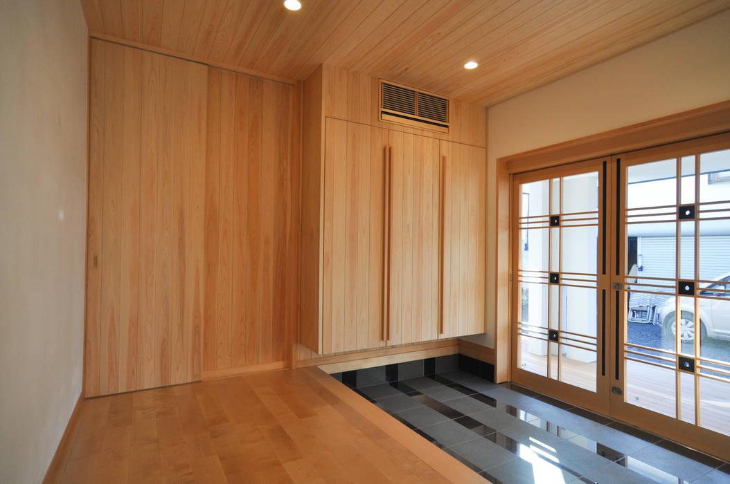 Modern corridor, hallway & stairs by (株)独楽蔵 KOMAGURA Modern