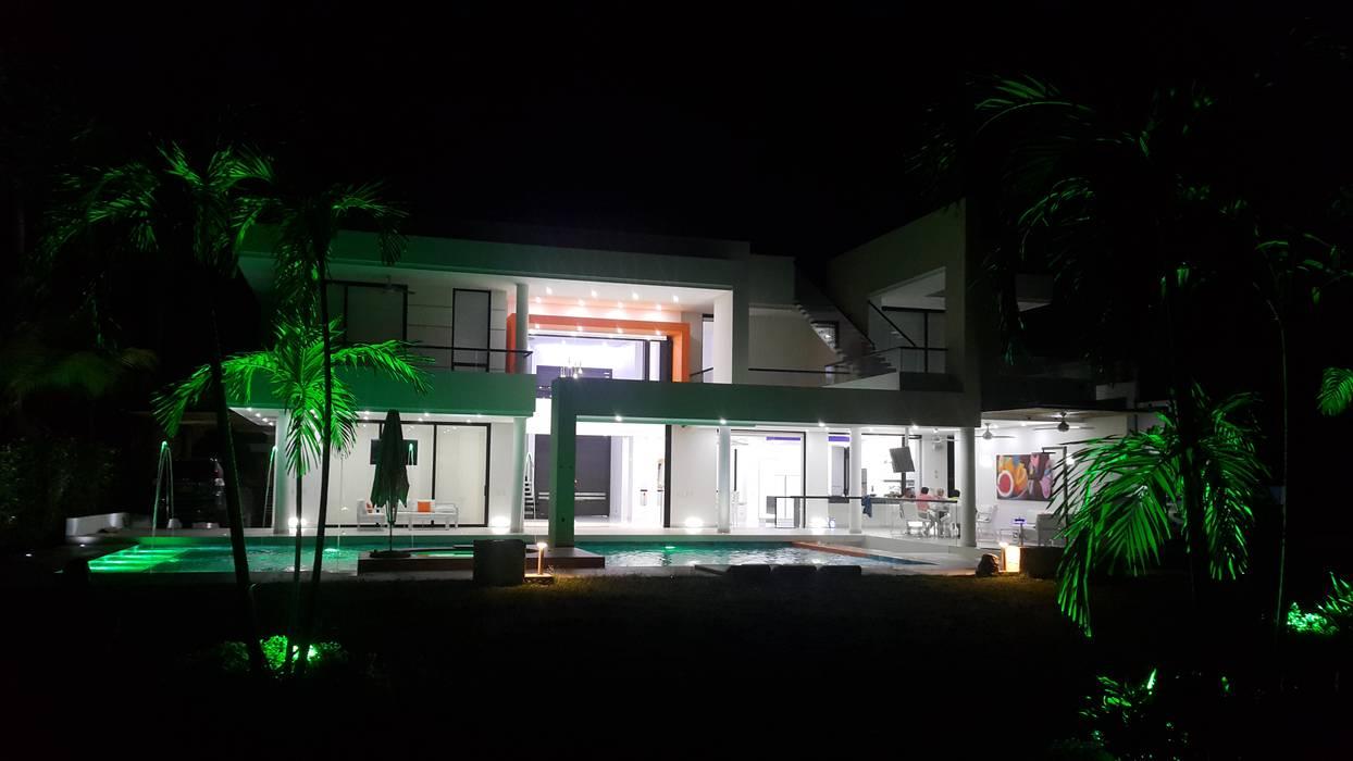 Vista nocturna fachada posterior.: Casas de estilo  por Camilo Pulido Arquitectos