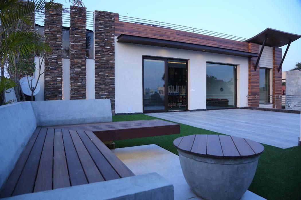 Balcones y terrazas modernos: Ideas, imágenes y decoración de Aayam Consultants Moderno