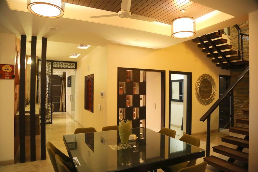 Nowoczesny korytarz, przedpokój i schody od Aayam Consultants Nowoczesny