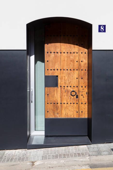 Puerta principal (recuperada, ensamblada para convertirla en corredera) Casas de estilo minimalista de CABRÉ I DÍAZ ARQUITECTES Minimalista