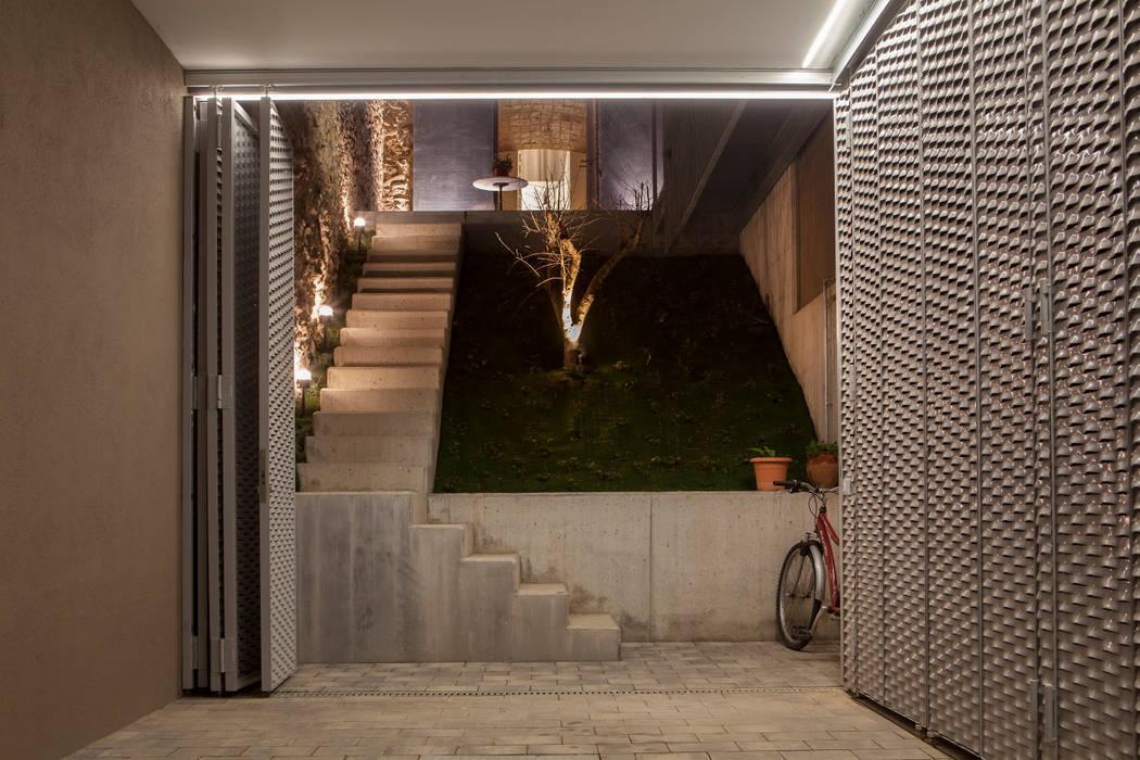 Porche/Garaje Garajes de estilo minimalista de CABRÉ I DÍAZ ARQUITECTES Minimalista