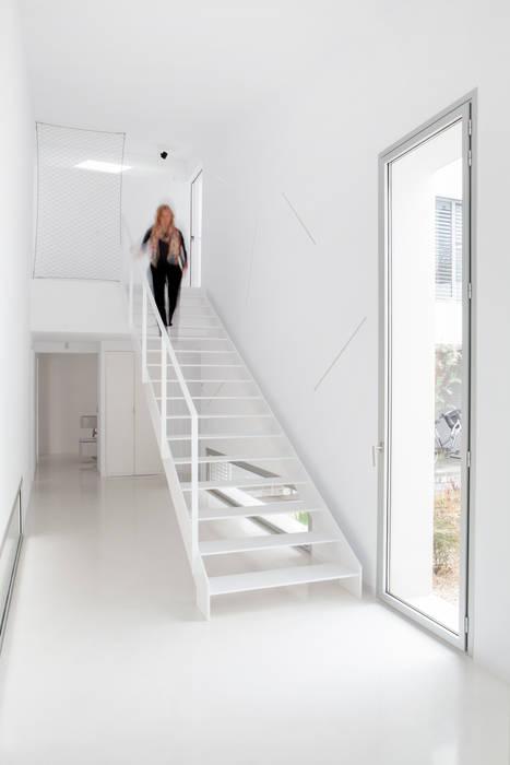 Escalera Pasillos, vestíbulos y escaleras de estilo minimalista de CABRÉ I DÍAZ ARQUITECTES Minimalista