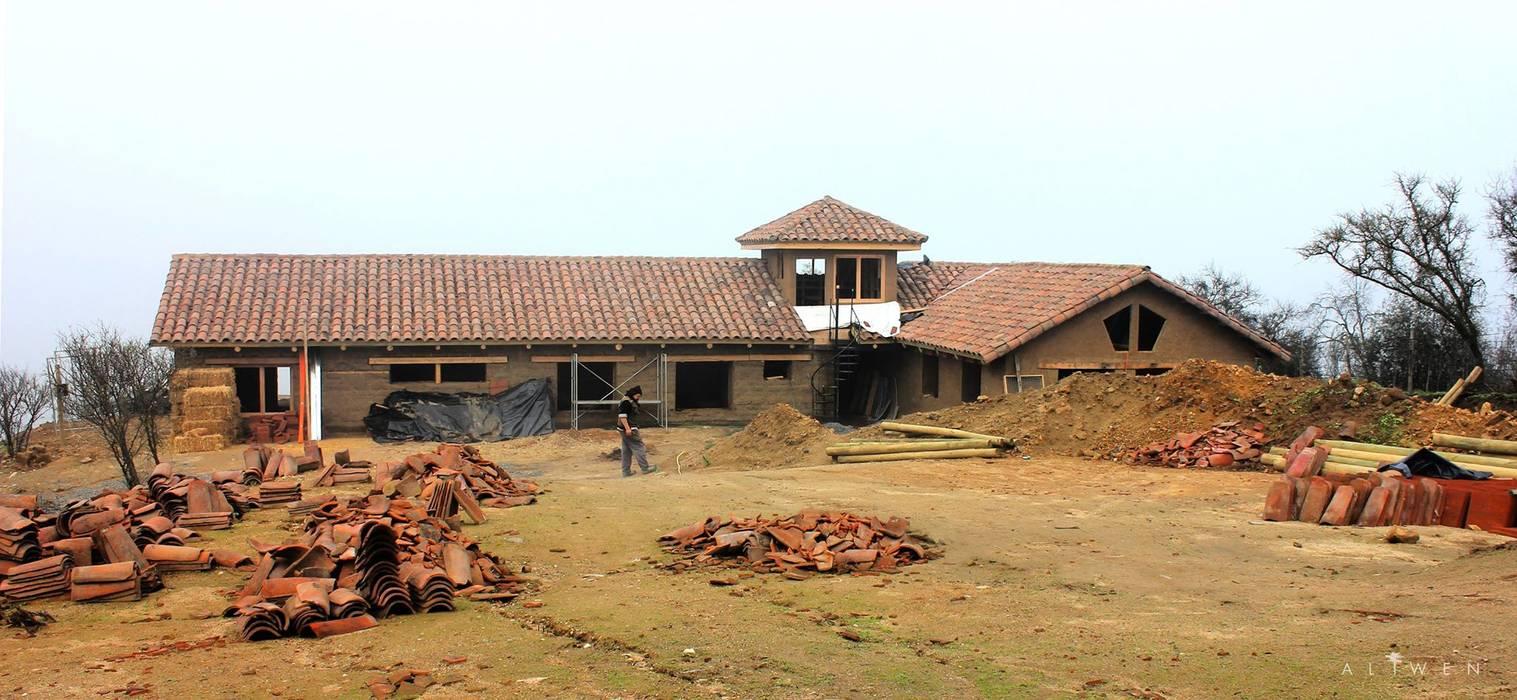 Fachada en Construcción: Casas unifamiliares de estilo  por ALIWEN arquitectura & construcción sustentable - Santiago