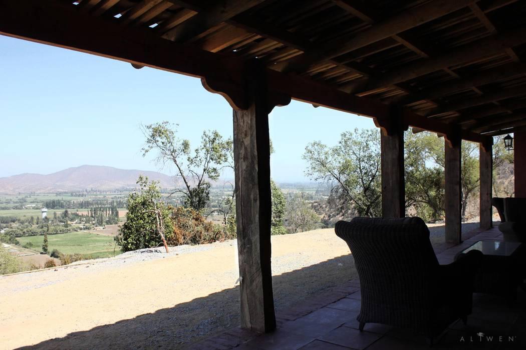 Terraza: Pasillos y hall de entrada de estilo  por ALIWEN arquitectura & construcción sustentable - Santiago