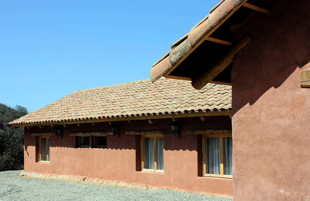 Fachada: Casas unifamiliares de estilo  por ALIWEN arquitectura & construcción sustentable - Santiago