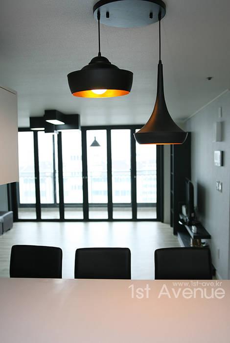 시크모던 컨셉으로 꾸며진 모노톤 인테리어 : 퍼스트애비뉴의  주방,