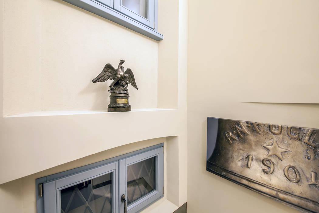 L'aquila bicipite dalla testa mozza donata a D'Annunzio: Hotel in stile  di STUDIO PAOLA FAVRETTO SAGL - INTERIOR DESIGNER