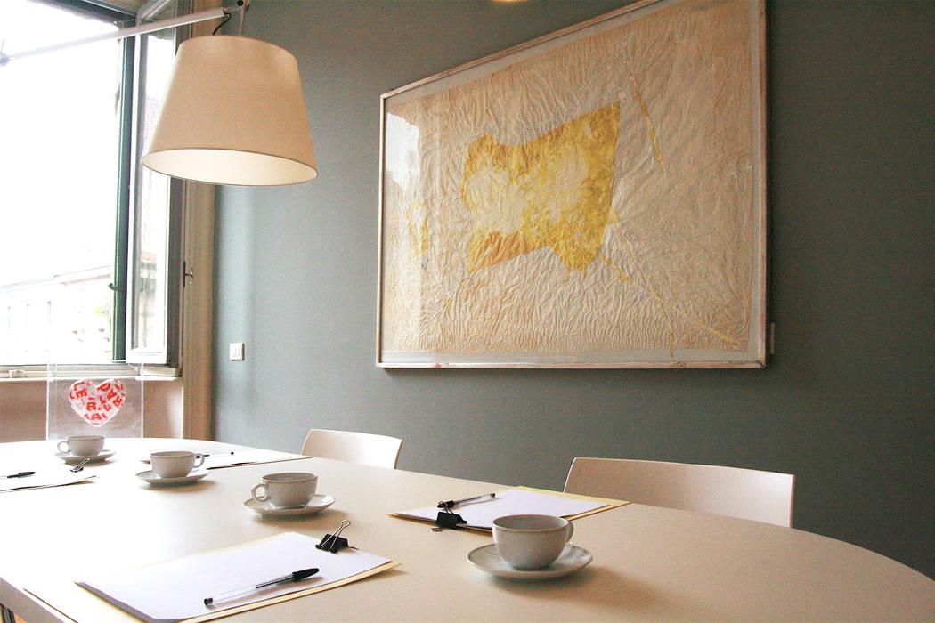 Sala Riunioni: Complessi per uffici in stile  di ds | design in scena |