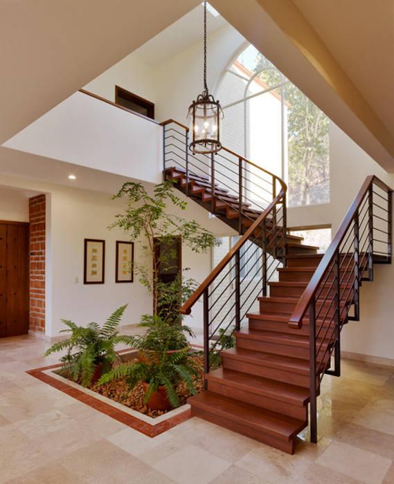 escalera Pasillos, vestíbulos y escaleras coloniales de Excelencia en Diseño Colonial Hierro/Acero