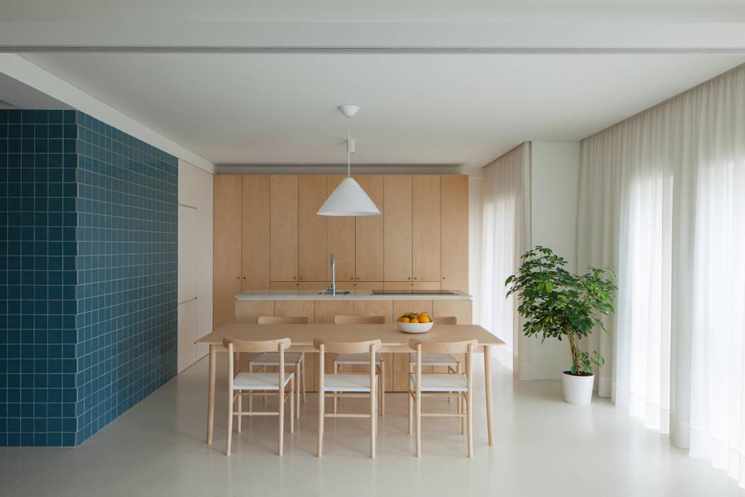 現代廚房設計點子、靈感&圖片 根據 merooficina 現代風