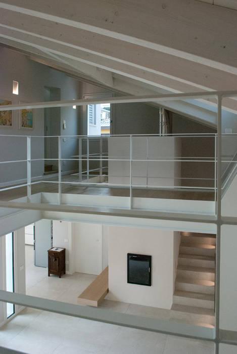 Casa moderna in legno ingresso corridoio scale in stile for Casa moderna in legno