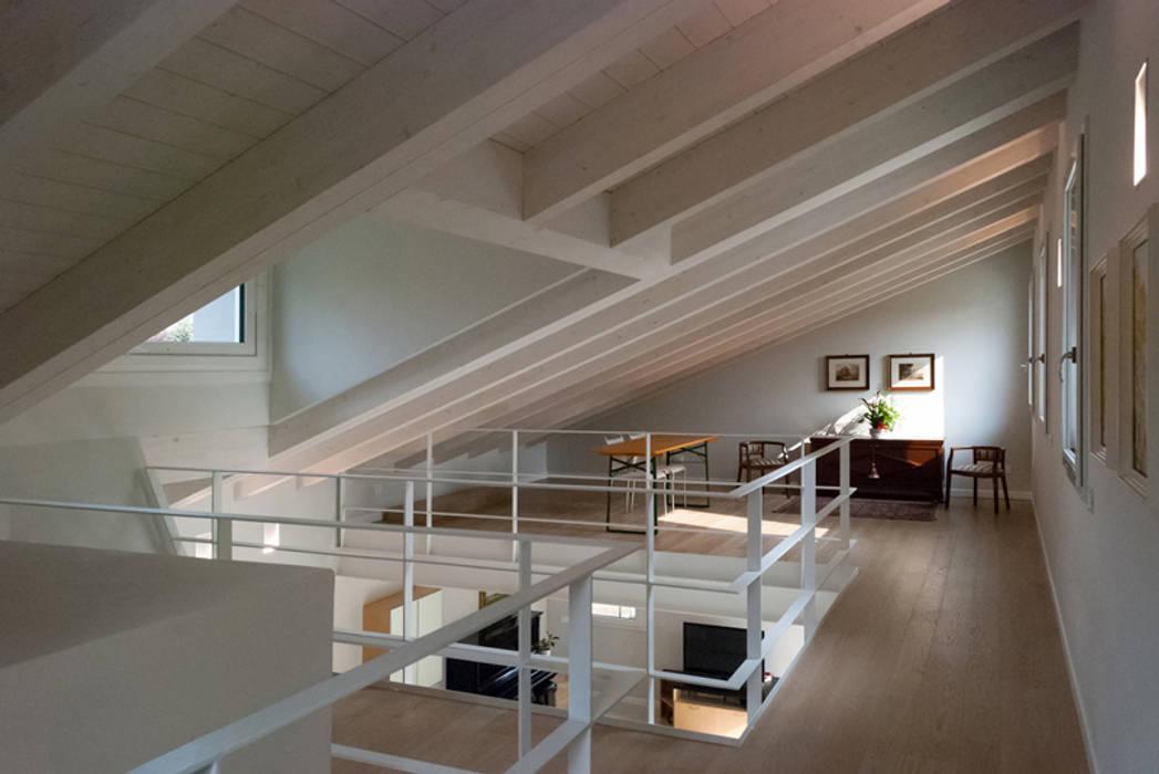 Pasillos, vestíbulos y escaleras de estilo moderno de Marlegno Moderno Madera Acabado en madera