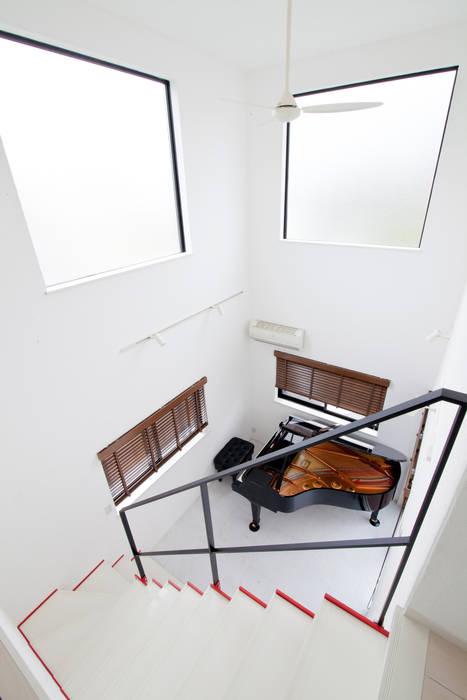 グランドピアノがある猫も楽しく過ごせる家: 遊友建築工房が手掛けた廊下 & 玄関です。