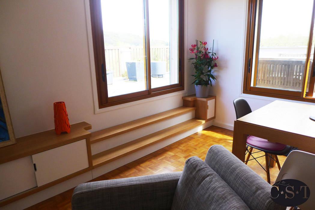 Agencement de salon intégrant un accès terrasse (deux marches): Salon de style  par La C.S.T