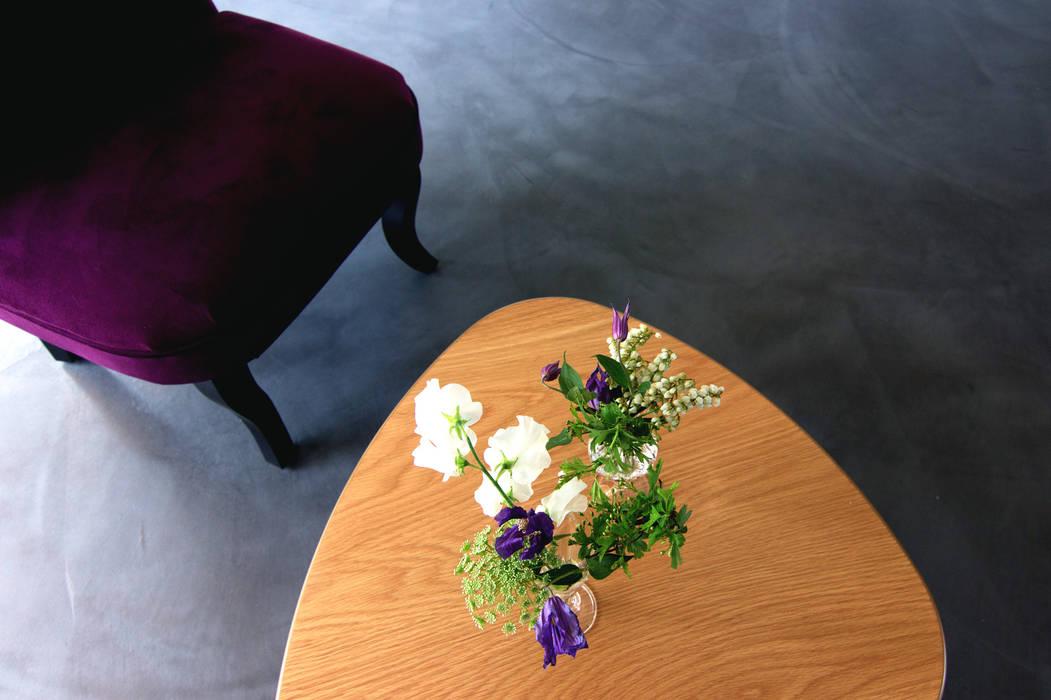 Une décoration sobre et design: Salon de style  par E/P DESIGN - Emilie Peyrille