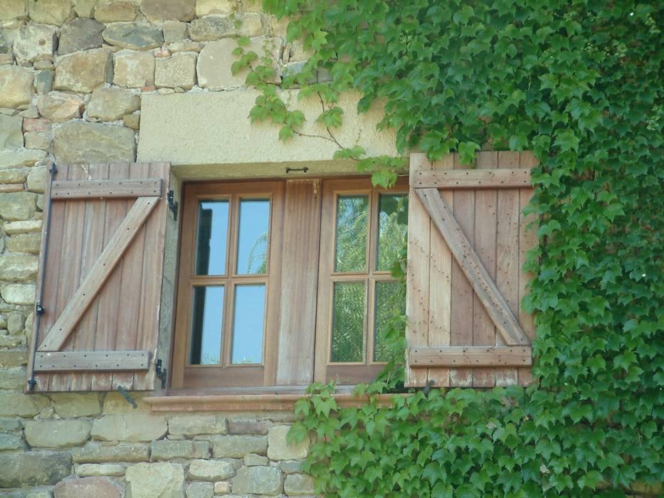 Construcción Masia Catalana Puertas y ventanas de estilo rústico de Atres Arquitectes Rústico Madera Acabado en madera