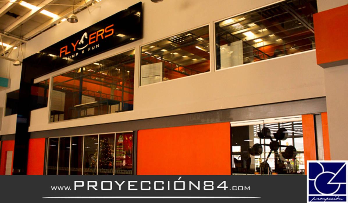 PROYECCIÓN 84 Salones de eventos de estilo moderno