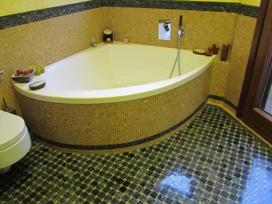 Vasca Idromasaggio: Bagno in stile in stile Mediterraneo di Cesario Art&Design