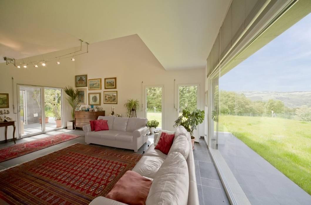 Soggiorno con ampie vetrate soggiorno in stile di spazio positivo