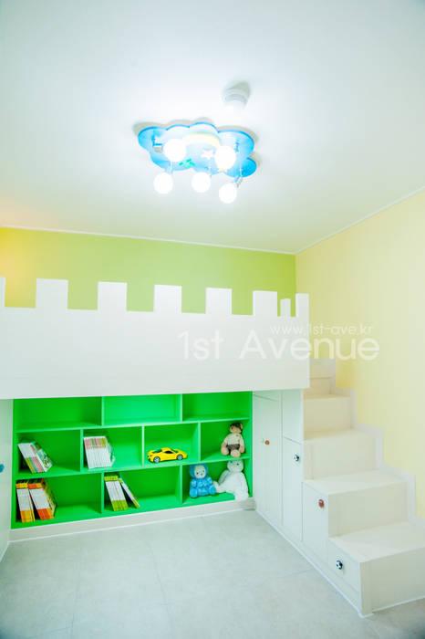 고급스러움이 풍기는 공간 속 컬러감이 돋보이는 아이들방 인테리어 : 퍼스트애비뉴의  아이방,