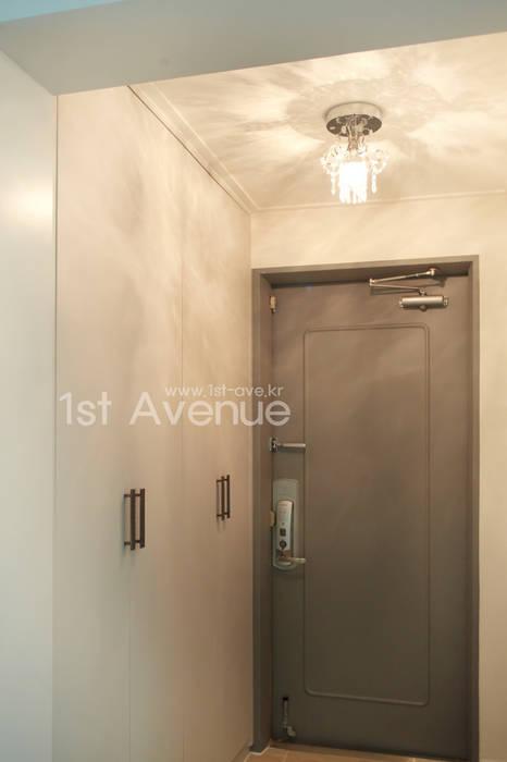 고급스러움이 풍기는 공간 속 컬러감이 돋보이는 아이들방 인테리어 : 퍼스트애비뉴의  복도 & 현관,