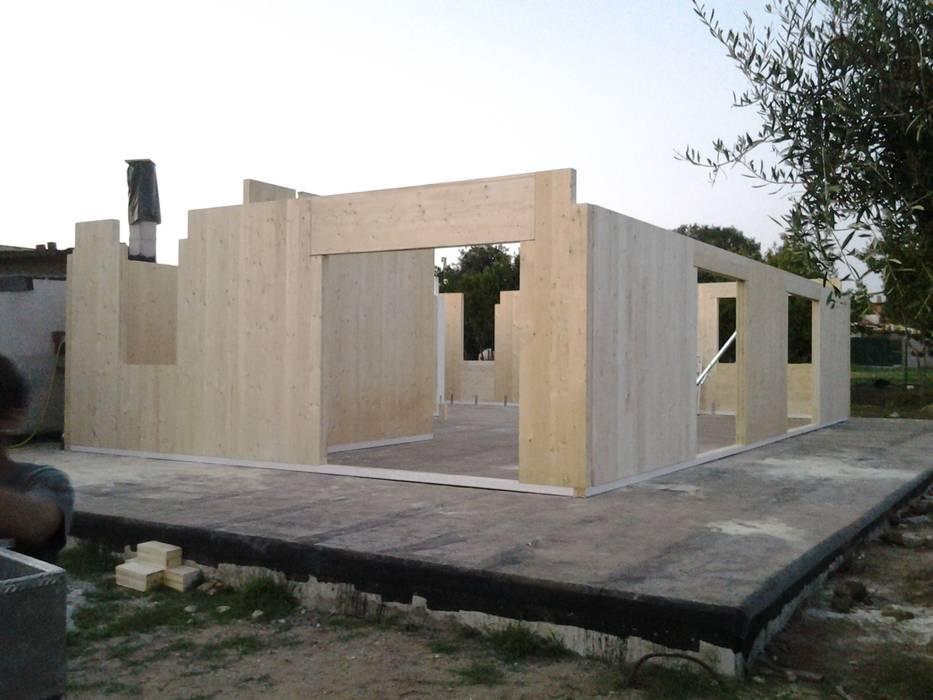 Villa unifamiliare: Case in stile  di Technowood srl