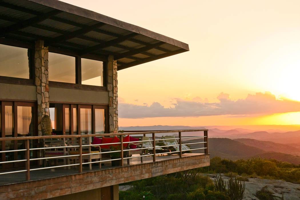 Casa da Serra Varandas, alpendres e terraços campestres por Duo Arquitetura Campestre Madeira Efeito de madeira