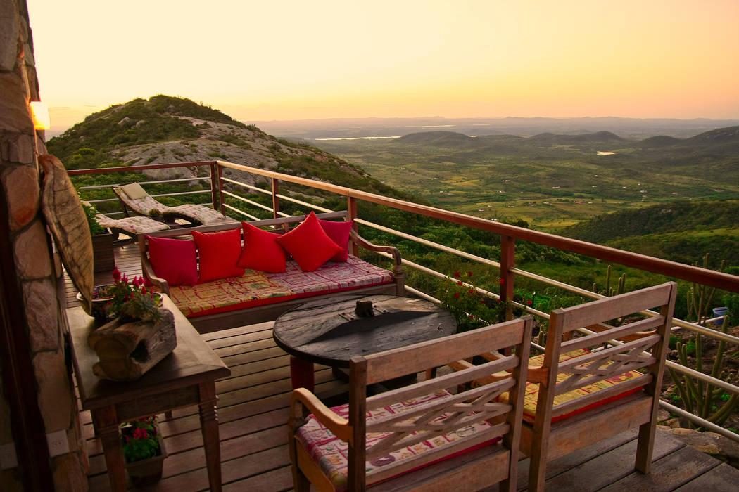 Casa da Serra Duo Arquitetura Varandas, alpendres e terraços campestres Madeira Multi colorido