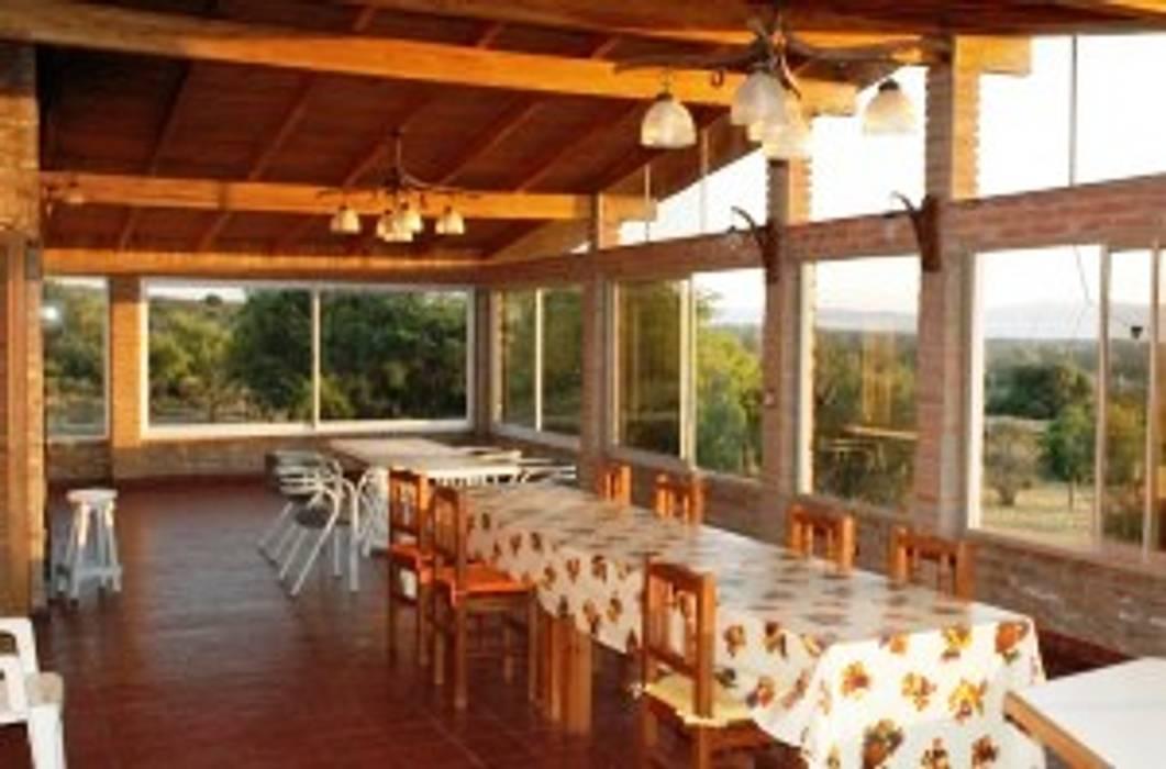 Quincho, jardín de invierno: Jardines de invierno de estilo rústico por Liliana almada Propiedades