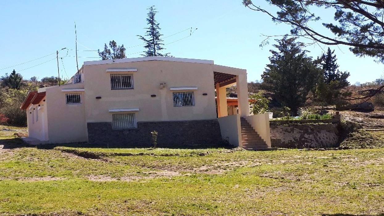 Exterior de la propiedad: Casas de estilo  por Liliana almada Propiedades