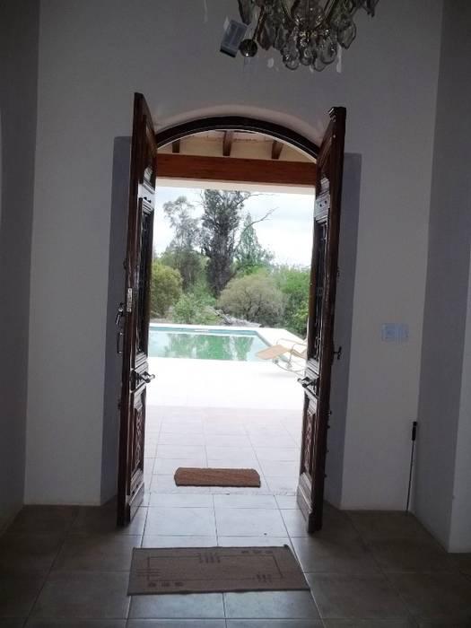 entrada: Casas de estilo  por Liliana almada Propiedades,Colonial