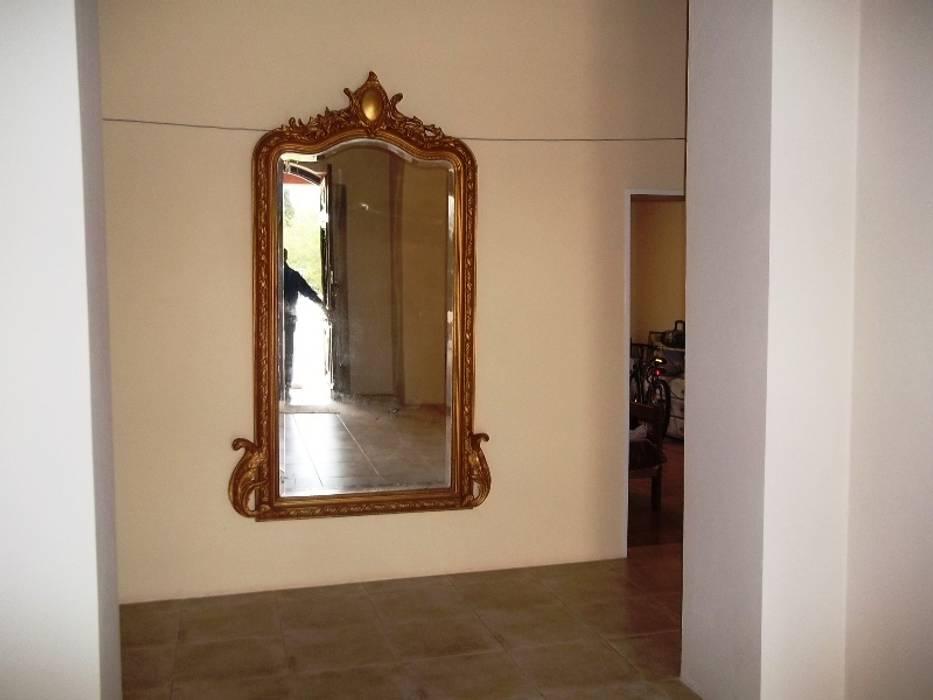 Espejo : Pasillos y recibidores de estilo  por Liliana almada Propiedades