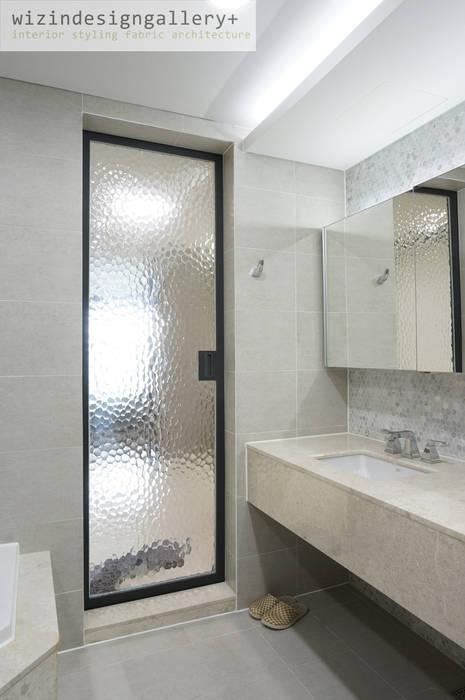 반포 래미안퍼스티지 욕실 슬라이딩도어 모던스타일 욕실 by wizingallery 모던