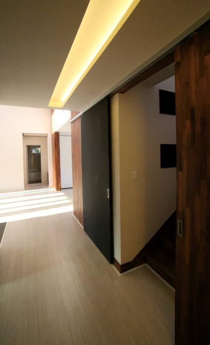 유천동 (Youcheondong) Couloir, entrée, escaliers modernes par HOUSE & BUILDER Moderne