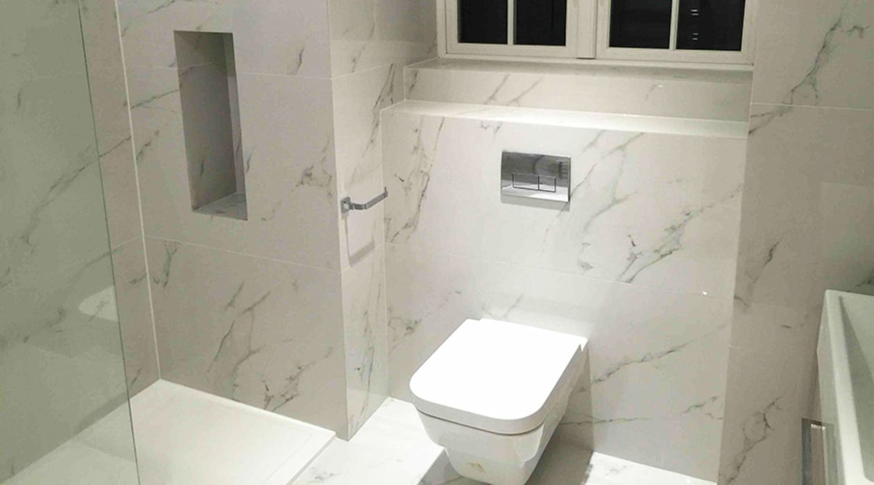 En-suite bathroom with white marble effect porcelain tiles: modern ...