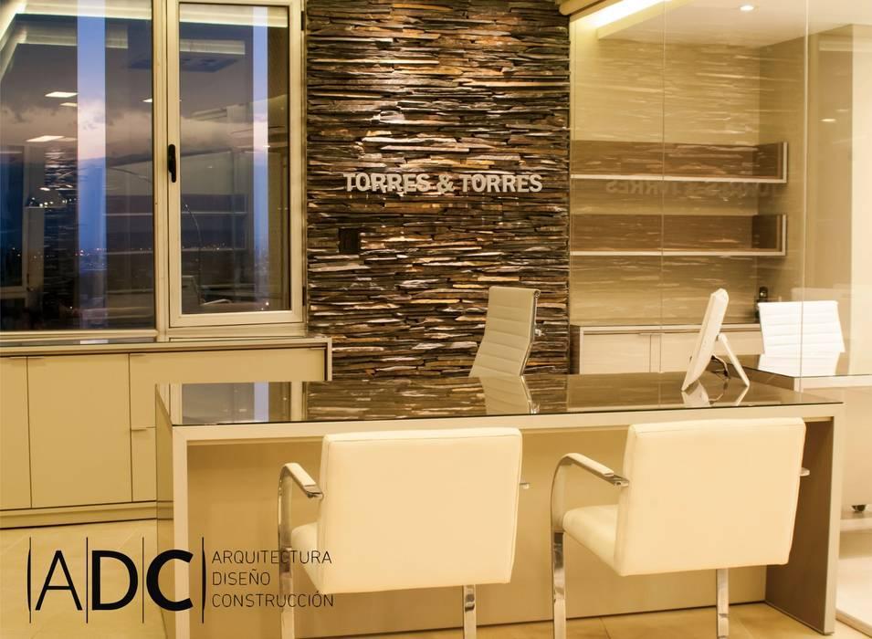 Diseño interior oficina Estudios y oficinas modernos de DIAZ GUERRA ESTUDIO Moderno