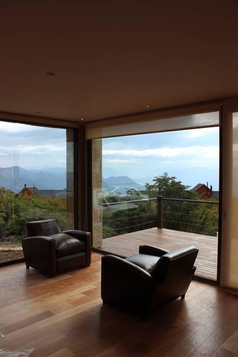 Casa en San Martín de los Andes Livings modernos: Ideas, imágenes y decoración de CaB Estudio de Arquitectura Moderno