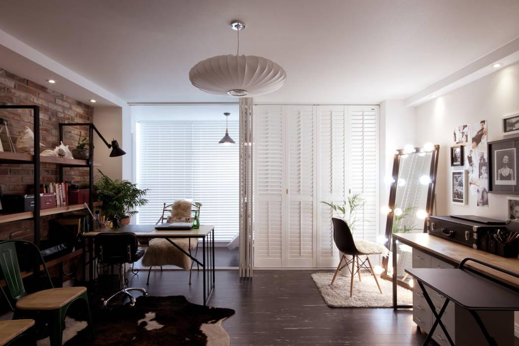 소품이 돋보이는 집: 디자인투플라이의  거실,