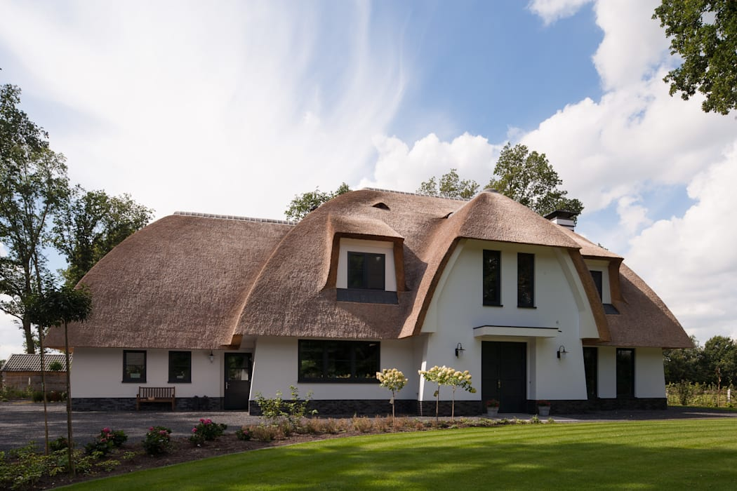 Eigentijdse rietgedekte villa te Overijssel van 01 Architecten