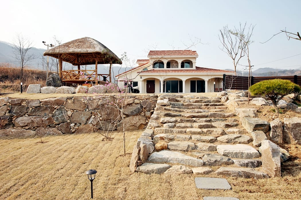 나만의 소중한 스토리가 담겨있는 대저택 (상주 송지리 주택): 윤성하우징의  주택