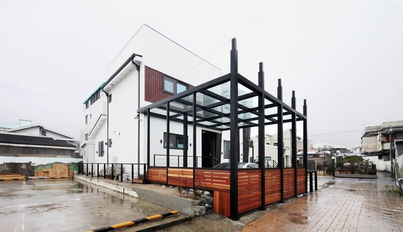 Case moderne di 윤성하우징 Moderno