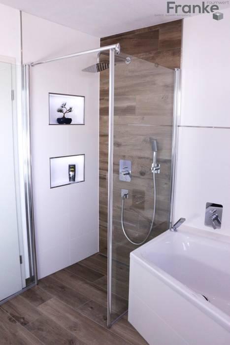 Badezimmer in einer modernen holzoptik moderne badezimmer ...