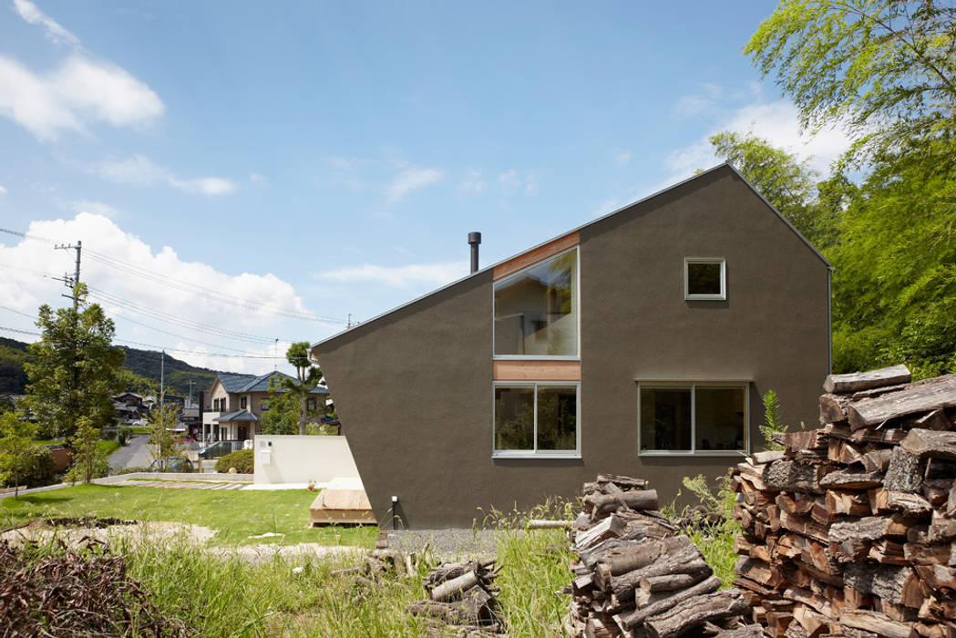 里山に建つ家 モダンな 家 の toki Architect design office モダン 木 木目調