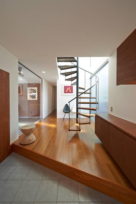 富士を望む家 佐賀高橋設計室/SAGA + TAKAHASHI architects studio オリジナルスタイルの 玄関&廊下&階段